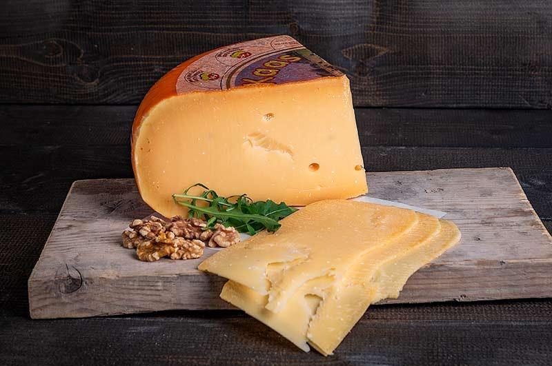 Overjarig oude kaas gesneden