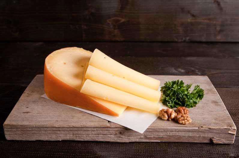 Belegen kaas gesneden