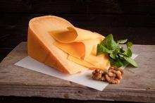 Oude kaas gesneden