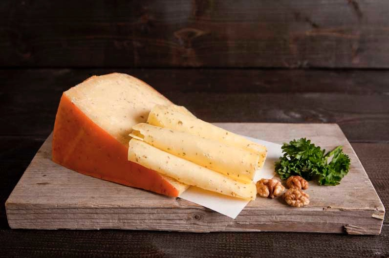 Belegen Leidsche kaas gesneden