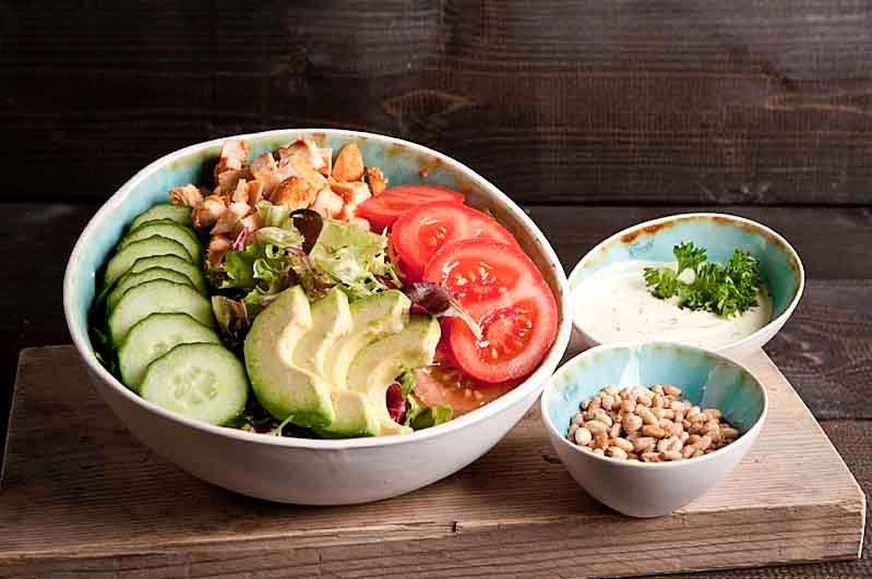 Gerookte kip salade kom (tot 10 personen)